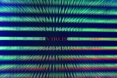 Virus en código de ordenador en fondo negro Imagen de archivo libre de regalías