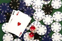 Virutas, dados y tarjetas del casino imagen de archivo libre de regalías