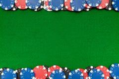 Virutas de juego en el fieltro del verde Imagen de archivo libre de regalías