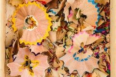 Virutas de lápices coloreados en caja Imagen de archivo libre de regalías