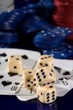 Virutas de la tarjeta que juega, y dados Imagen de archivo libre de regalías