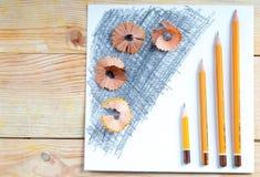 Virutas de los sacapuntas de lápiz en el Libro Blanco De nuevo a escuela Fotografía de archivo libre de regalías