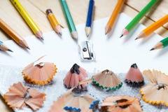 Virutas de los sacapuntas de lápiz en el Libro Blanco De nuevo a escuela Fotos de archivo libres de regalías