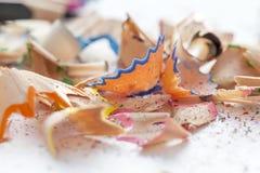 Virutas de madera de afilar los lápices del dibujo Fotos de archivo