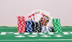 Virutas de póker con las tarjetas Fotos de archivo libres de regalías