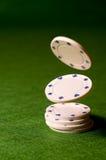 Virutas de póker que caen Imagen de archivo libre de regalías