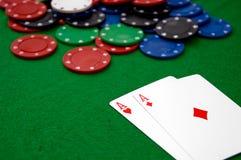 Virutas de póker y AA Foto de archivo libre de regalías