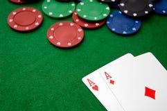 Virutas de póker y AA Fotos de archivo libres de regalías