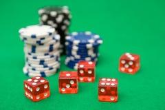Virutas de póker y dados rojos Imagenes de archivo