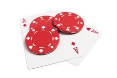 Virutas de póker y tarjetas que juegan Imagen de archivo libre de regalías