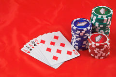 Virutas de póker y tarjetas que juegan Foto de archivo libre de regalías
