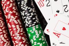 Virutas de póker y tarjetas que juegan Imagen de archivo