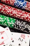 Virutas de póker y tarjetas que juegan Foto de archivo