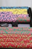 Virutas de póker y tarjetas que juegan Fotos de archivo libres de regalías