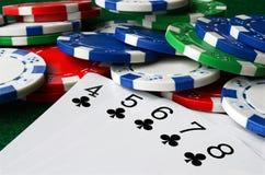 Virutas de póker y tarjetas que juegan imágenes de archivo libres de regalías