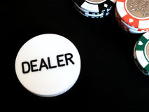 Virutas de póker y botón del distribuidor autorizado Fotos de archivo