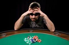Virutas del casino en el fieltro del verde Imagenes de archivo