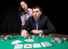 Virutas del casino en el fieltro del verde Fotos de archivo