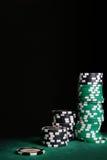 Virutas del casino sobre negro imágenes de archivo libres de regalías
