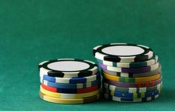 Virutas del casino sobre verde Imágenes de archivo libres de regalías