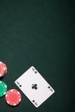 Virutas del casino y tarjeta del as imagenes de archivo