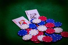 Virutas del casino y tarjetas del póker Imagen de archivo libre de regalías