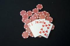 Virutas del casino y tarjetas que juegan imagen de archivo