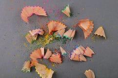 Virutas del lápiz en un fondo gris imágenes de archivo libres de regalías