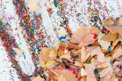 Virutas grandes y pequeñas de los lápices del color Fotos de archivo libres de regalías