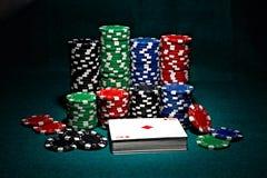 Virutas para el póker con las tarjetas Imagen de archivo
