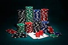 Virutas para el póker con pares de as y de dados Fotos de archivo libres de regalías