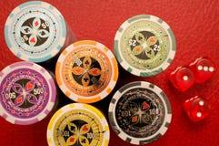 Virutas y dados de póker Imágenes de archivo libres de regalías