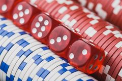 Virutas y dados de póker fondo macro del casino foto de archivo