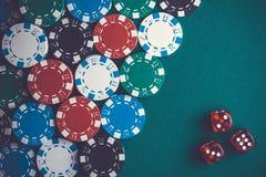 Virutas y dados de póker fondo macro del casino fotografía de archivo