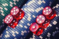 Virutas y dados de póker fondo macro del casino fotografía de archivo libre de regalías