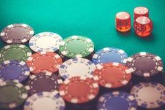 Virutas y dados de póker fondo macro del casino imagen de archivo libre de regalías