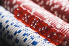 Virutas y dados de póker fondo macro del casino imagen de archivo
