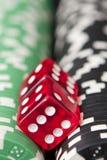 Virutas y dados del casino Imágenes de archivo libres de regalías
