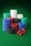 Virutas y dados del casino fotografía de archivo