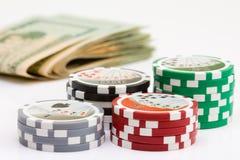 Virutas y dinero de póker Imágenes de archivo libres de regalías