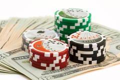 Virutas y dinero de póker Imagen de archivo libre de regalías