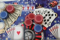 Virutas y dinero de póker Imagen de archivo