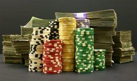 Virutas y dinero de póker Foto de archivo libre de regalías