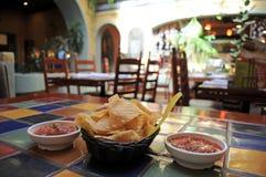Virutas y salsa de tortilla imagen de archivo libre de regalías