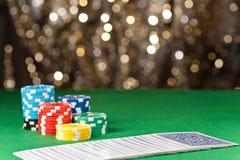 Virutas y tarjetas coloridas de póker Imagen de archivo libre de regalías