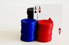 Virutas y tarjetas de póker Foto de archivo libre de regalías