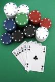 Virutas y tarjetas de póker Imágenes de archivo libres de regalías