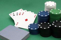 Virutas y tarjetas de póker Imagen de archivo libre de regalías