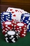Virutas y tarjetas del póker Imágenes de archivo libres de regalías