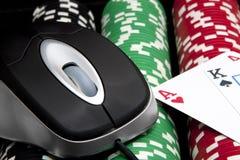Virutas y tarjetas en línea (juegos del casino) Fotos de archivo